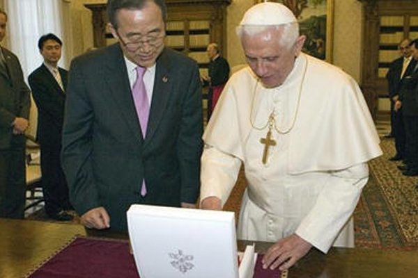Secretary-General Ban Ki-moon exchanges gifts with Pope Benedict XVI - Copyright UN Photo/Paulo Filgueiras